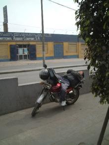 un hombre acostado en su moto