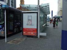 お宝広告館 【まれにみるみれにあむ】-バス停電飾看板広告 オークランドにて