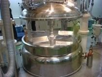 大きな釜で、ヘアカラー剤を作る。