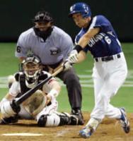 三塁打を放つ井端