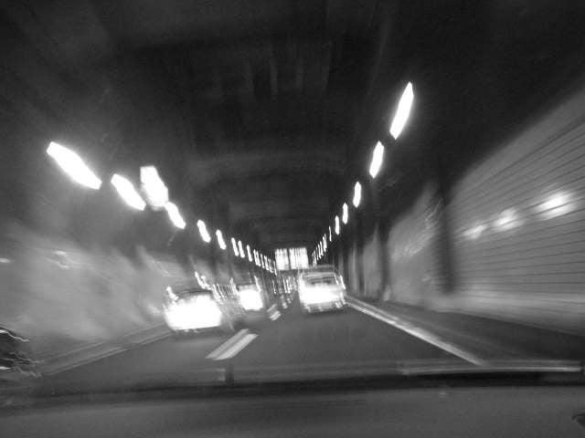 混沌へ循環するコスモス-トンネルの中を走る