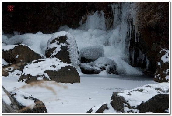 凍った滝壺