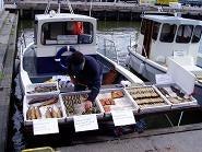 港の魚売り