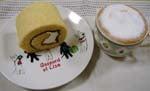 メイプルロールケーキとカプチーノ