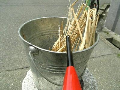 藁を燃やす