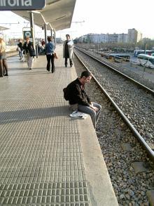 電車を待って