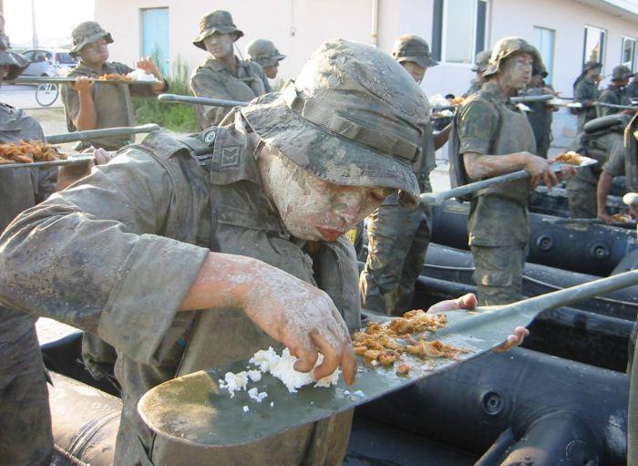 韓国軍の食事風景