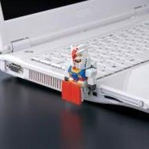 PCに座るガンダム、…