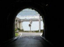 トンネルから海の見える景色