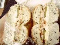 クリームチーズとスモークチキンとピクルスのサンド