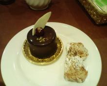 ビンボー暇なし節約したいなー-チョコレートのかかったケーキ