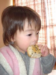 黒ゴマパンを食べる娘