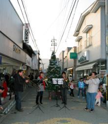 久賀サンロード商店街で演奏するtTQ