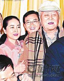左 ジョアン・リン(林鳳嬌)とパパ
