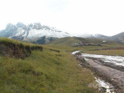 高原の雪山