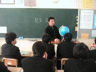 中学校で話する