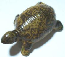 色だけリアルな陶器の置物亀