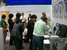 FlexScan HD2452Wを撮影する参加者