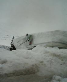 雪かきをする人