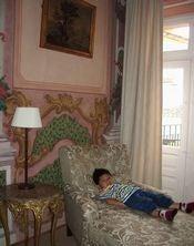 長椅子に寝そべる