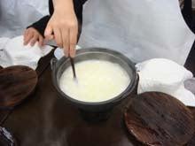 牧場で搾った牛乳を温めます