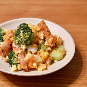 卵とブロッコリーとベーコンのサラダの画像