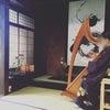 京町家、着物でアイリッシュハープの画像