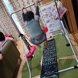 双子兄ズのイタズラに喜ぶ妹4歳の画像