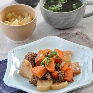 日持ちする野菜を使い回して食費節約☆根菜とひき肉のピリ辛炒めがメインの献立の画像