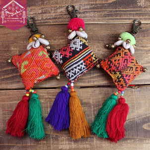 バッグなどのワンポイントにヤオ族刺繍タッセル付きチャームの画像