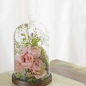 アンティークピンクと爽やかなグリーンのガラスドームフラワーの画像