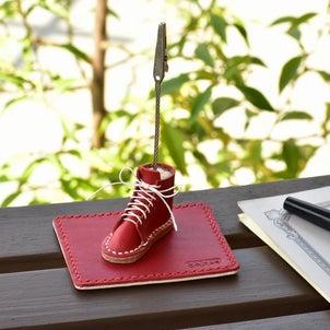 ■お祝いに!踏み出す一歩「幸運の右足」ミニチュア革靴のメモスタンド【紅白】Creemaで販売開始の画像