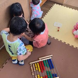 小さい子同士の関わり合いの画像