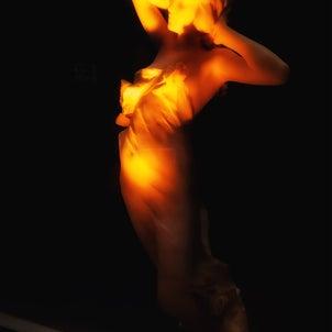 ぽつんと小さな彫刻の女の画像
