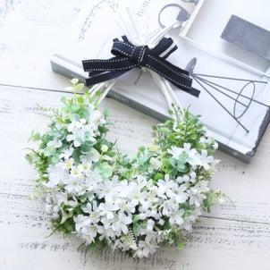 ブラックリボンに合わせて♡白い小花のドロップリースの画像