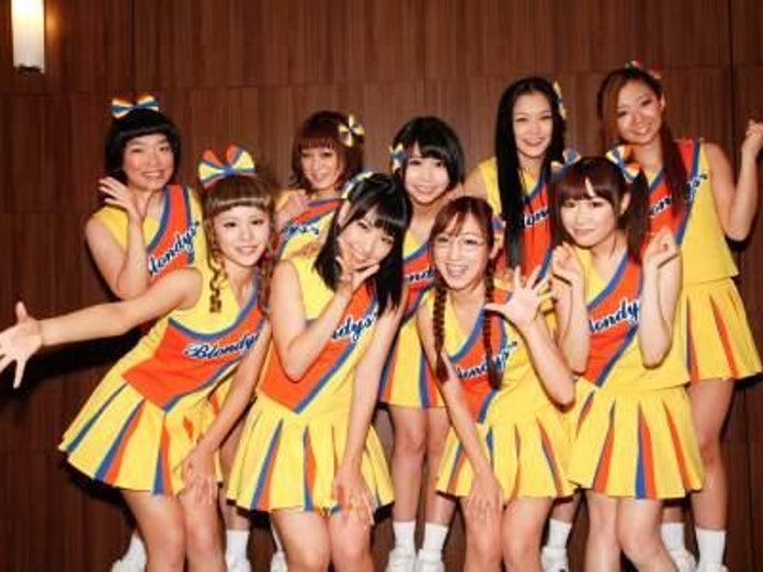 AKB48の増田有華らがオタク少女に扮してチアリーディングに挑戦 ...