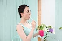 歯科医に聞く。舌のコケは取り除いたほうがいい?「健康な場合、舌苔を取り除く必要はない」