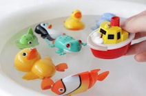 『まきまきぽん』は昔懐かしい、水に浮かべて遊ぶぜんまいおもちゃの最新版!