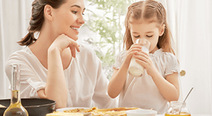 子どもが溶連菌に感染…喉が痛そうだが食事はどうする?