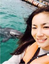 瀬戸朝香 久しぶりの家族旅行でイルカと遊ぶ写真公開