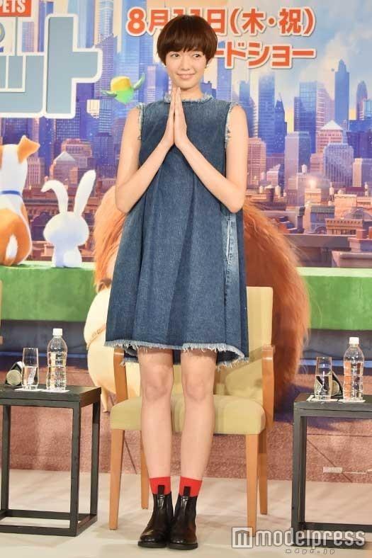 ミニスカート姿の佐藤栞里さん