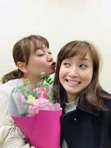 保田圭 誕生日迎えた藤本美貴にキス寸前2ショット公開