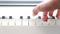 日本でコンサートだけで食べていけるピアニストは10人未満