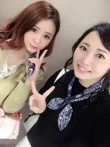 Berryz工房・須藤茉麻&菅谷梨沙子 道の真ん中でハグ