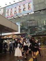 モー娘。鈴木香音 渋谷駅のモー娘。看板の前でポーズ
