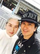 川崎麻世 ユニクロで母と爆買い、仲良し2ショット公開