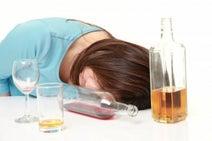 和菓子と緑茶のセットがいい? 内科医に聞く。二日酔い対策法のウソ、ホント