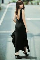 小嶋陽菜の美背中にドキッ! 黒ドレスでクールなこじはるに