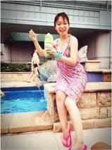 保田圭 ホテルのプールでパレオ姿披露「大人の休日」