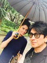 川崎麻世 カイヤとの相合傘を公開し「最近喧嘩しないな」